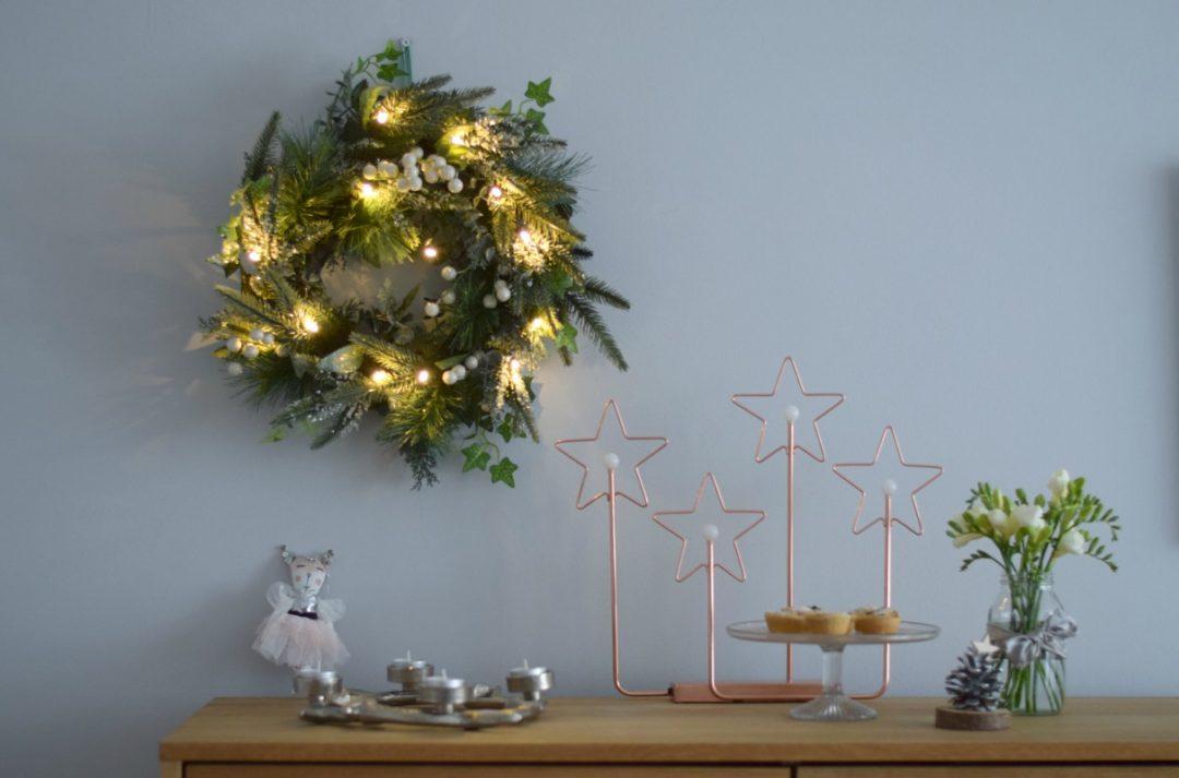 Winter wreath scene lit